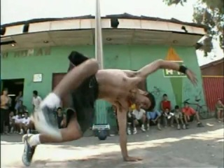 Capoeira users and B-boys play football - SUPER!!!